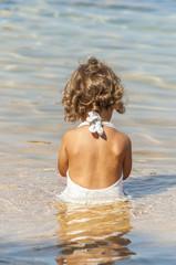 Bambina sola al mare