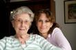 Portrait Seniorin mit Enkelin