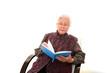 本を読む高齢者