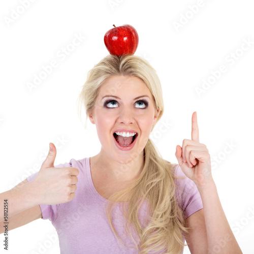 Junge Frau zeigt nach oben auf roten Apfel Daumen hoch