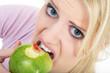 Junge Frau beißt in Apfel, Zahnfleischbluten