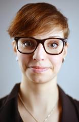 Braunhaarige junge Frau mit Brille