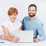 dynamische junge mitarbeiter am laptop
