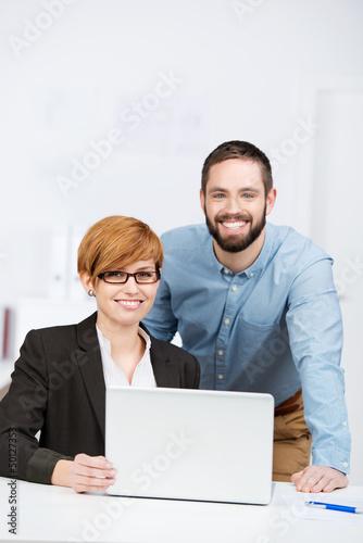 zwei junge kollegen am arbeitsplatz