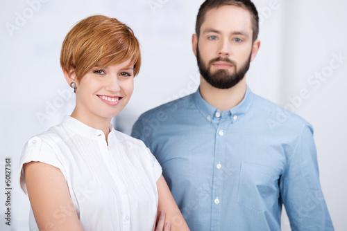zwei junge kollegen im büro