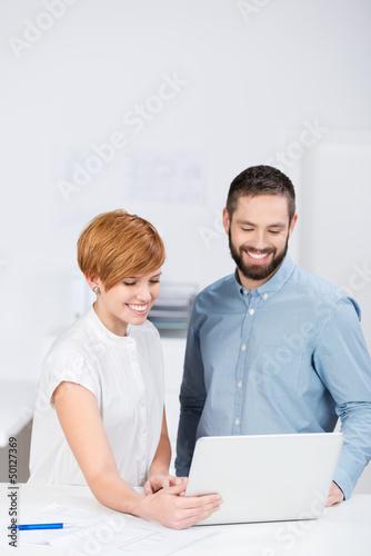 junge kollegen schauen auf laptop