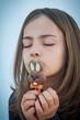 fillette avec sa sucette en chocolat