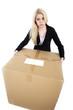 Frau trägt schweren Karton und ist außer Puste