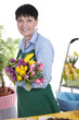 Glückliche ältere Frau mit Tulpenstrauss - Floristin