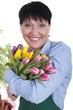Glückliche ältere Frau mit Tulpenstrauss