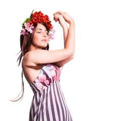 junge tanzende Frau mit Blumenkopfschmuck