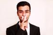 Mann mit Pflaster auf Mund