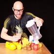 Mann mit Obst un Gemüse