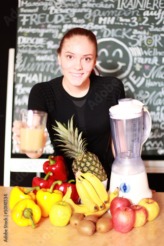 Frau mit Obst un Gemüse