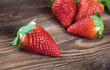 Erdbeeren auf Holz III