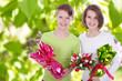 Glückliche Kinder mit Tulpen und Ostereiern