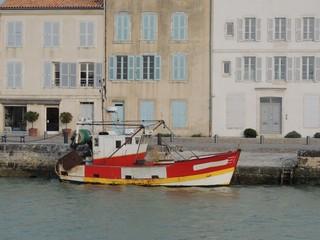 Petit bâteau de pêche au port