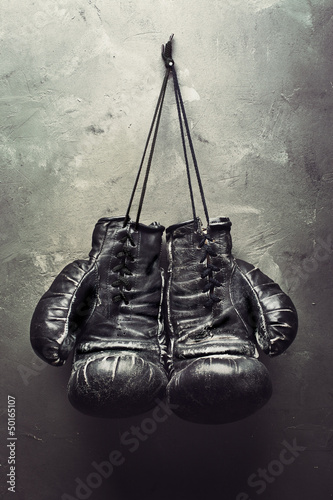 Aluminium Vechtsporten old boxing gloves hang on nail