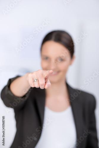 geschäftsfrau zeigt auf dich