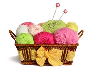 Un panier à tricot rempli de jolies pelotes de laines
