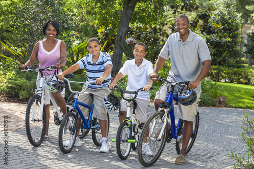 Plexiglas Wielersport African American Parents Boy Children Riding Bikes