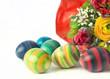 Gestreifte bunte Ostereier mit Frühlingsblumen