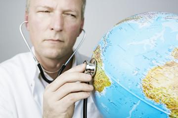 arzt mit globus und stethoskop