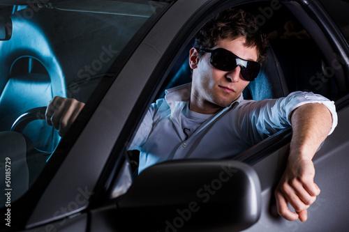 Tuner alla guida di una macchina sportiva