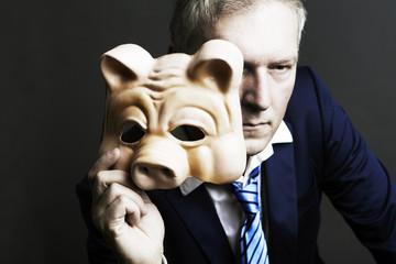 mann mit schwein maske