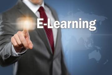 Mann tippt auf Interface E-Learning