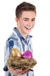 Junger Mann überreicht lachend Oster Nest
