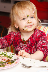 Mädchen isst Spinat