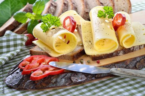 Staande foto Zuivelproducten Leckere Käsebrotzeit