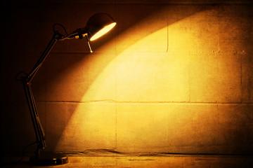 Grunge-Hintergrund mit Lichtkegel einer Tischlampe