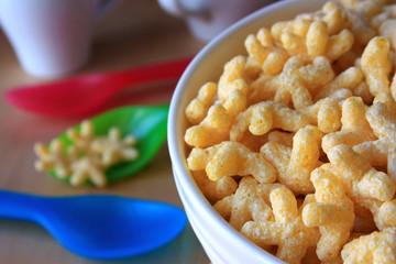 Завтрак - хлопья в виде звездочек в тарелке