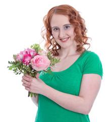 Rothaarige Frau mit Frühlingsstrauß in der Hand