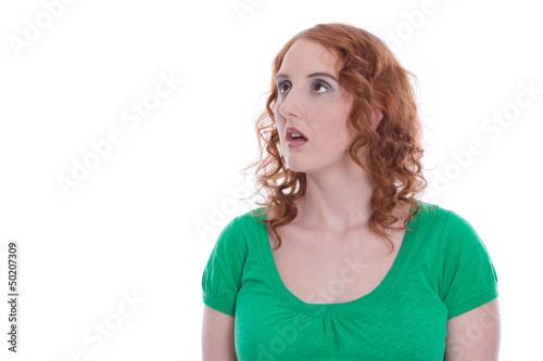 Rothaarige Frau isoliert in Grün - Blick abgewendet