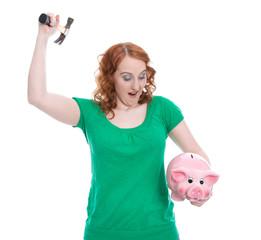 Frau plündert ihr Sparschwein