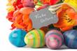 Fröhlicher bunter Osterstrauss mit Eiern