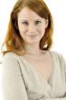 Junge Frau mit roten Haaren lächelt