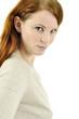 Junge Frau mit roten Haaren im Portrait