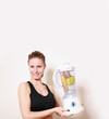 sportliche Frau mit Mixer