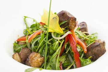 Салат из мяса, рукколы и свежих овощей