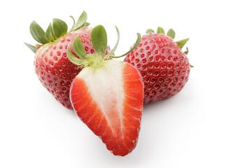deliciosas fresas maduras sobre fondo blanco