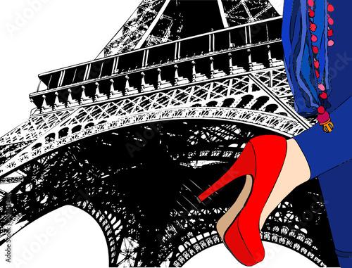 Ragazza sotto la Torre Eiffel a Parigi