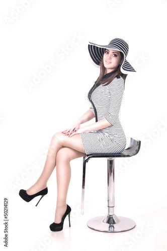 Девушка в полосатом платье
