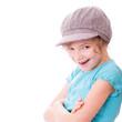 Mädchen mit cooler Mütze schaut verschmitzt