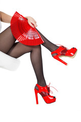 Sexy Beine mit roten High Heels und Fächer