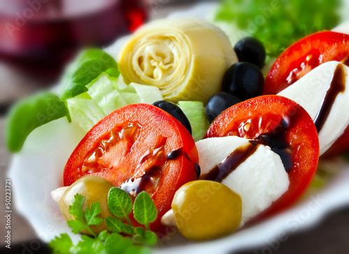 Leinwanddruck Bild Mozzarella, Tomaten und Artischocken