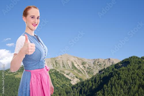 Bayerisches Mädchen als Hintergrund mit blauem Himmel